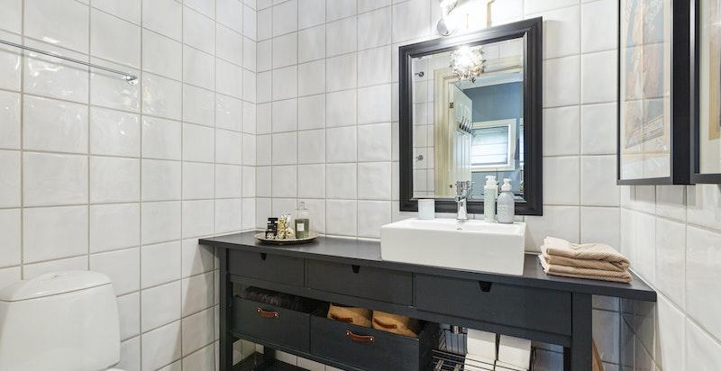 Bad / wc på inngangsplanet. Det er opplegg for dusj med sluk, dusj kan settes inn.