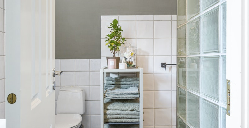 Pent flislagt dusjbad med WC med direkteadkomst fra soverom i 2. etg