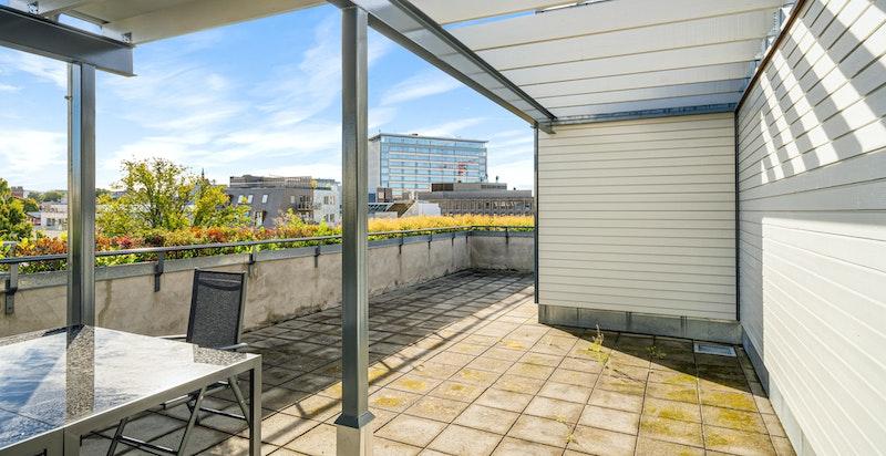 Bygget har felles takterrasse med flott utsikt og gode solforhold. Denne er til fri benyttelse for beboerne i boliggården.
