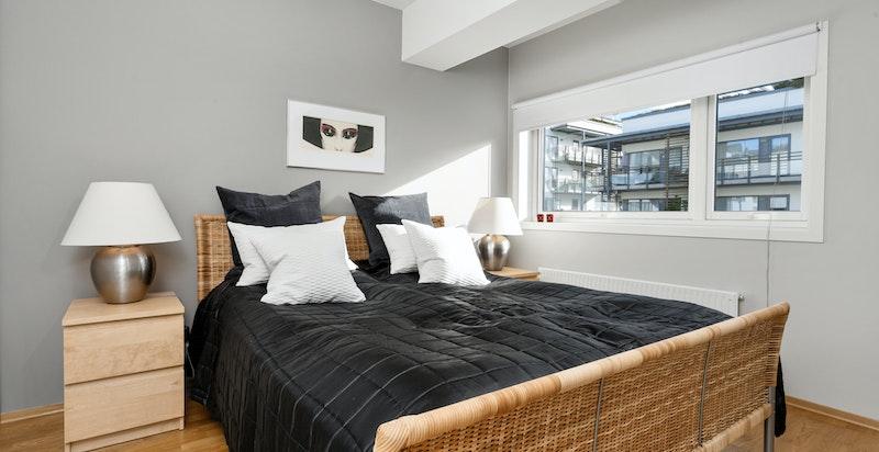 Soverommet har en god størrelse og plass til 180 cm dobbeltseng og nattbord.