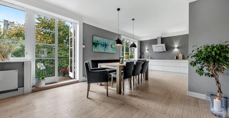 Lys, luftig stue med god takhøyde og store vindusflater