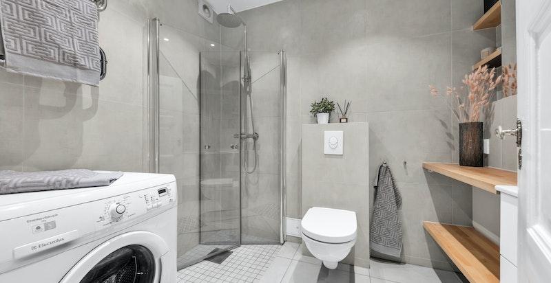Pent flislagt bad fra 2015 med opplegg for vaskemaskin og tørketrommel