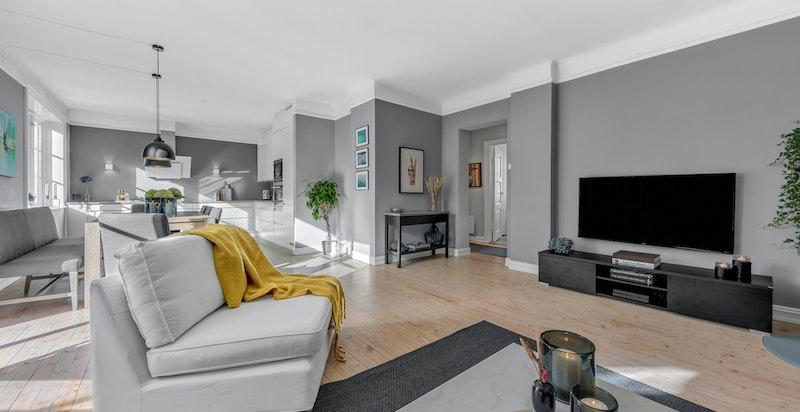 Romslig stue med god plass til stor sofagruppe