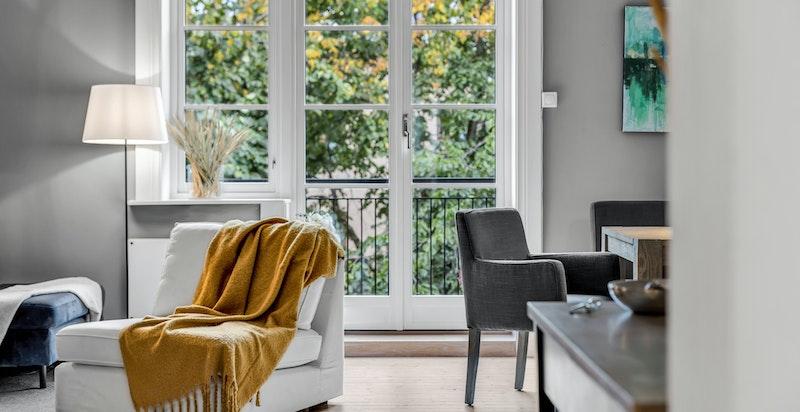 Lys, luftig stue med utgang til solrik balkong