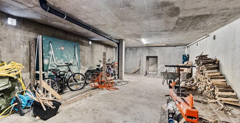 Store lagringsrom under terrasse med egen inngang. Potensial for innredning