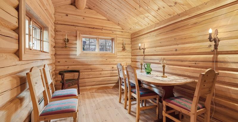 Stabbur 2 med stue og soverom. Begge stabbur har strøm og elektrisk oppvarming