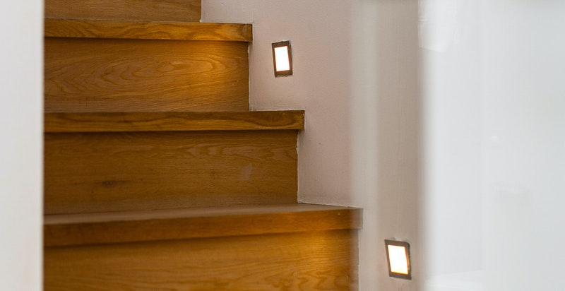 Stilig trapp med lys