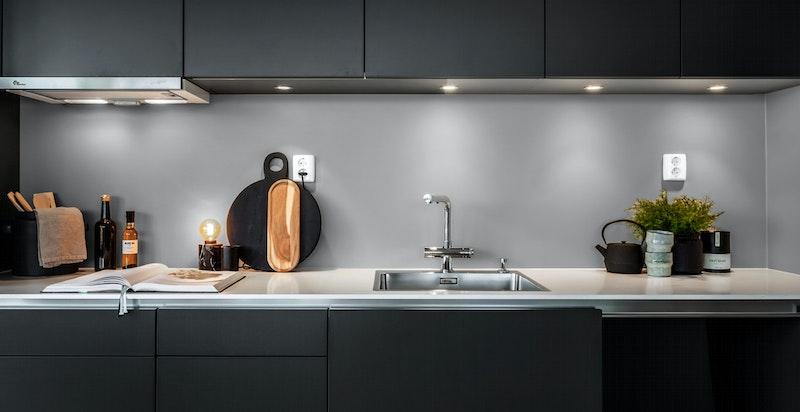 Moderne kjøkken fra Mobalpa med benkeplate i 12 mm I-quartz i hvit marmor