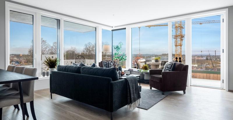 Lys og luftig stue med store vindusflater som slipper inn mye naturlig lys. Vannbåren gulvvarme.