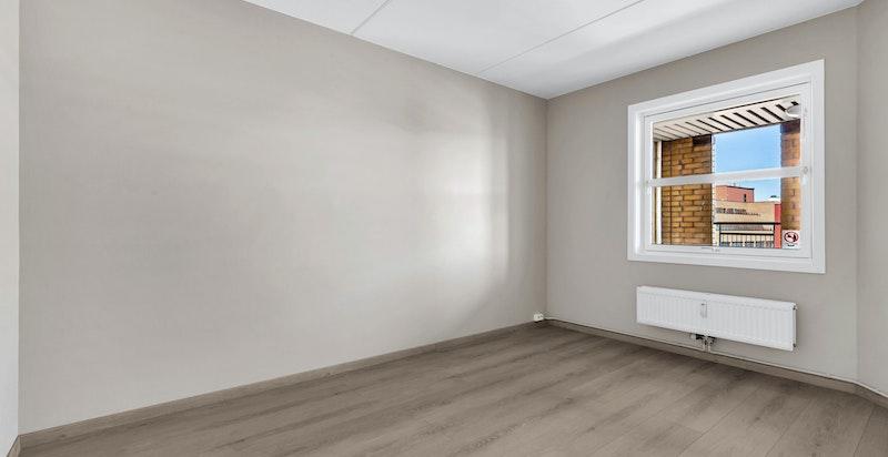 Flott soverom med god plass til dobbeltseng, garderobeinnredning og kontordel.