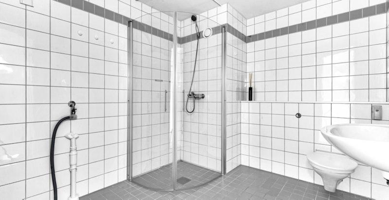 Romslig flislagt bad med gulvvarme.