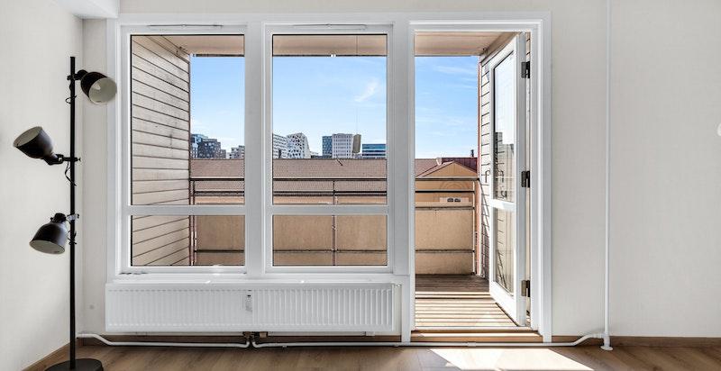 Store vindusflater bidrar til rikelig med naturlig lys.