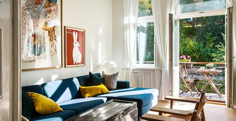God romslig stue med ærverdig rosett og klassiske stilrene detaljer