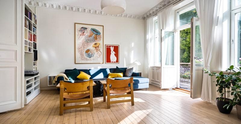 Romslig stue med plass for stor salong m.m. - utgang til balkong med morgensol og utsyn til St.hansparken
