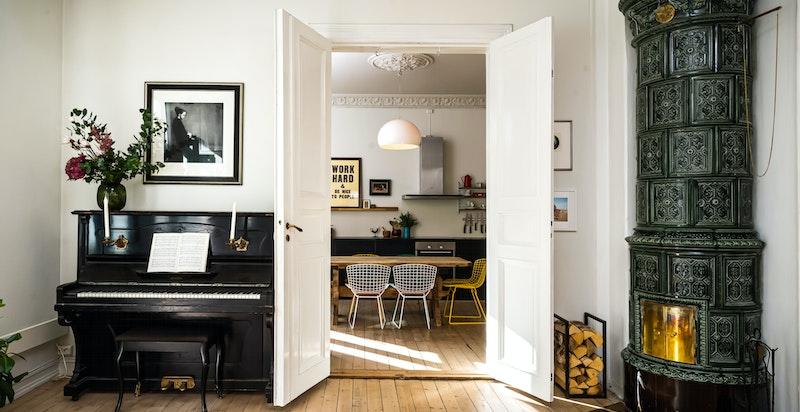 Stuen har dobbelfløyede dører inn til det store separate kjøkkenet