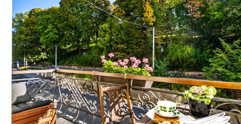 Balkongen har fin utsikt mot parken. Her kan man følge med på at årstidene forandrer seg.
