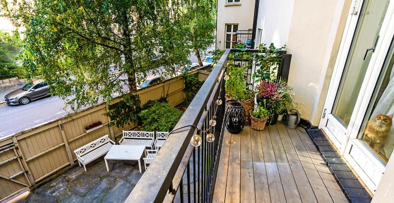 Balkong ut fra hovedsoverommet mot bakgård