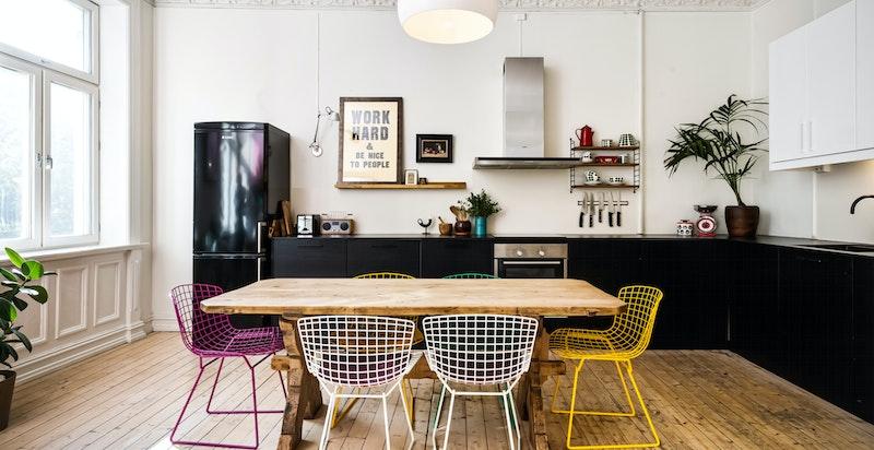 Stort kjøkken med god plass for hele familien til bords. Kvik-kjøkken fra 2013.