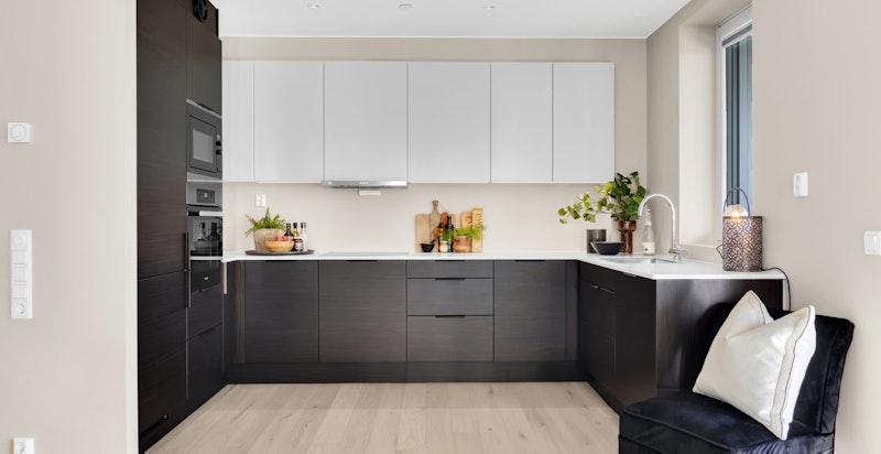 Innholdsrikt kjøkken med god benke- og skapplass.
