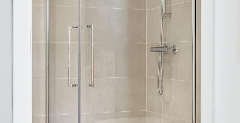 Dusjnisje og påkostede hvite toaletter fra Geberit Mera, toppmodellen innen Aquaclean.
