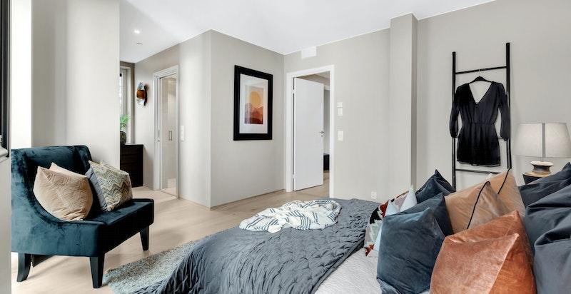 Romslig hovedsoverom med god plass til dobbeltseng og annet ønsket møblement.