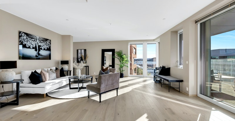 Stuen har en luftig og god atmosfære med store vindusflater.