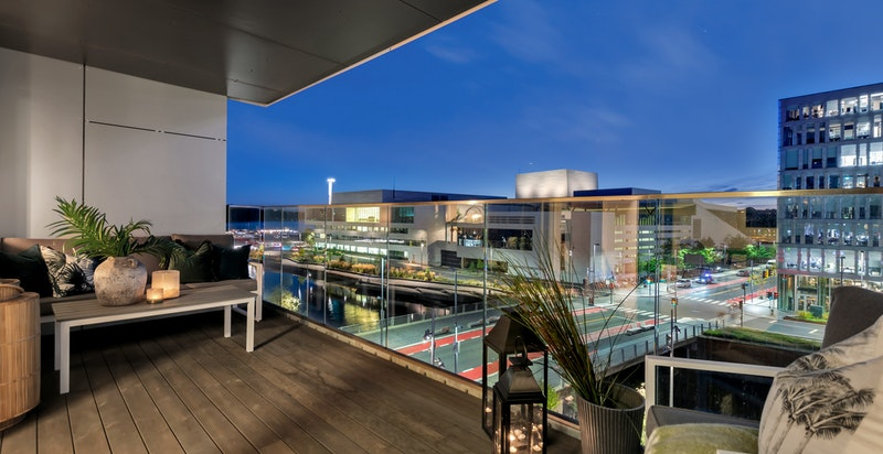 Balkongen vender mot vest med optimale solforhold på ettermiddag og kveld.