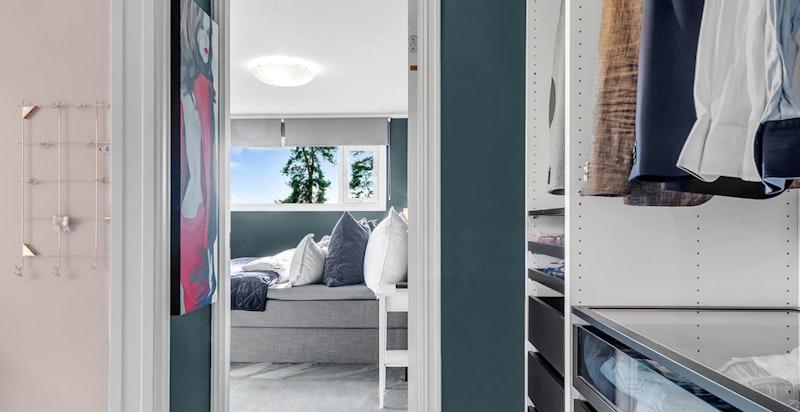 Mellomgang med garderobeskap og adkomst til to av soverommene