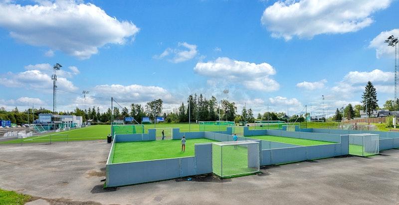 Det er flere idrettsanlegg i området, med fantastiske aktivitetstilbud både sommer som vinter. Hemingbanen, Gressbanen (Ready) og Voksen er alle meget populære samlingspunkt for både store og små i området