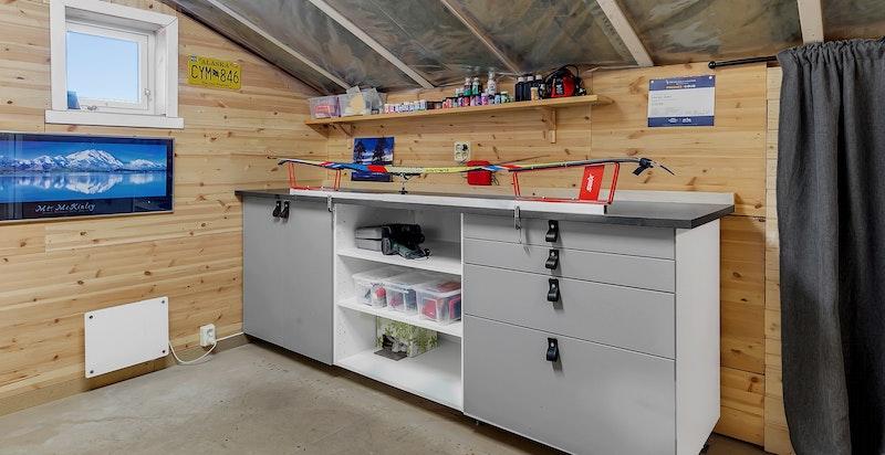 Stort bodareal over garasjen, med bl.a. smørebod og lagringsplass