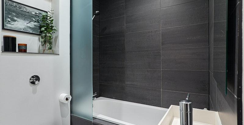 Detalj mot badekar og vask