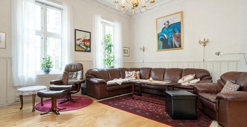 Huset har store, flotte rom og hele hovedetasjen har fantastisk takhøyde.