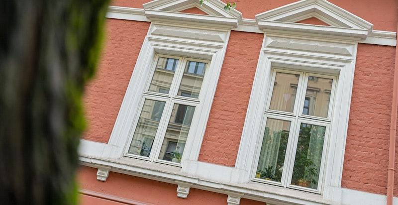 De klassiske detaljene er bevart og eiendommen er kommunalt listeført.