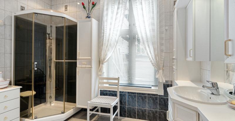 Baderommene er eldre, men praktiske. Huset inneholder totalt 2 baderom, 2 vaskerom og flere separate toaletter.