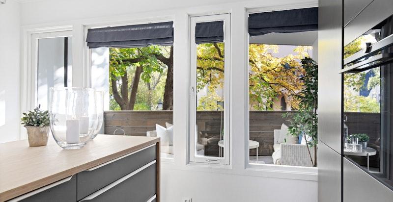 Fra kjøkkenet er det utgang til den overbygde terrassen