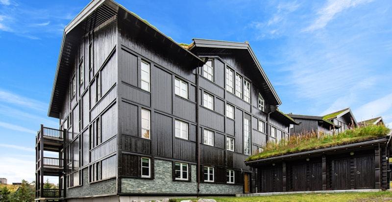 """Baksiden av bygget, skiboder i eget """"hus"""" til høyre"""