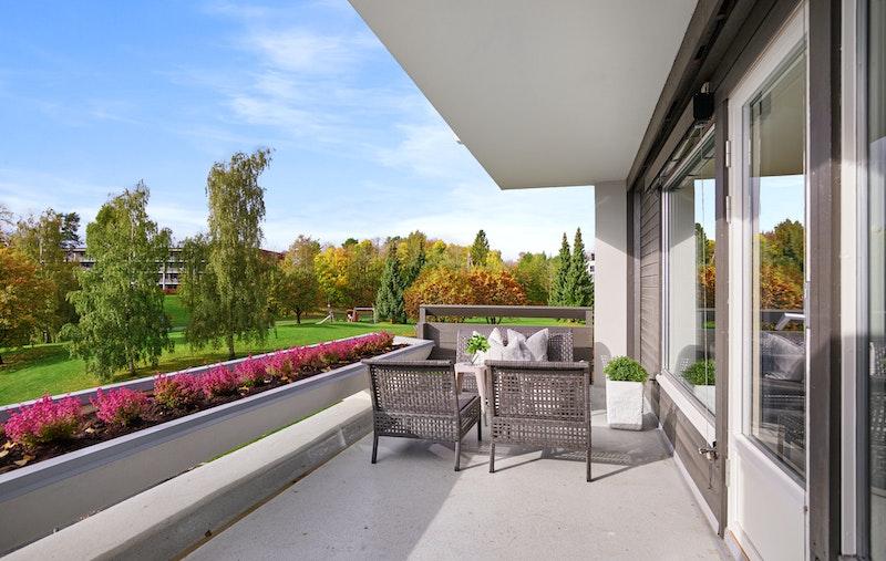 Fra stue er det utgang til sydvendt terrasse på ca. 15m².