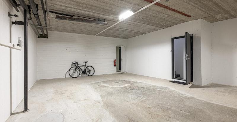 Seksjonen disponerer eget p-område på ca. 50 m² i garasjen med el-bil lader. I tillegg p-plass på terreng.