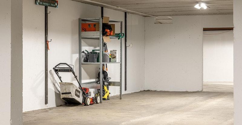 Fellesareal i garasjen der hver seksjon har et avgrenset område