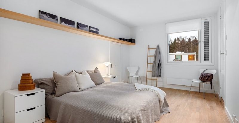 Soverom 2. etasje tilknyttet innvendig bod, eget bad og omkledningsrom