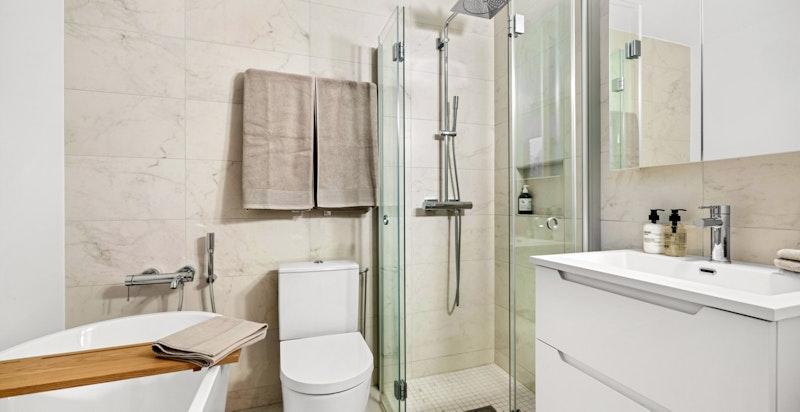 Bad 2. etasje. Både dusjnisje og frittstående badekar