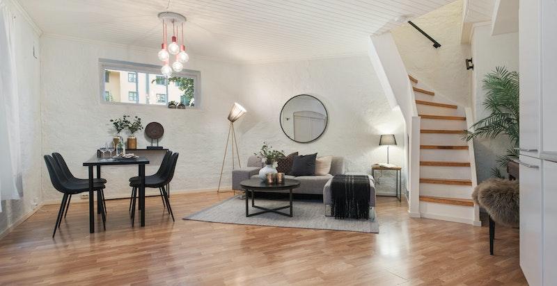 Romslig og usjenert stue med sjarmerende murvegger. Varmekabler i gulv.