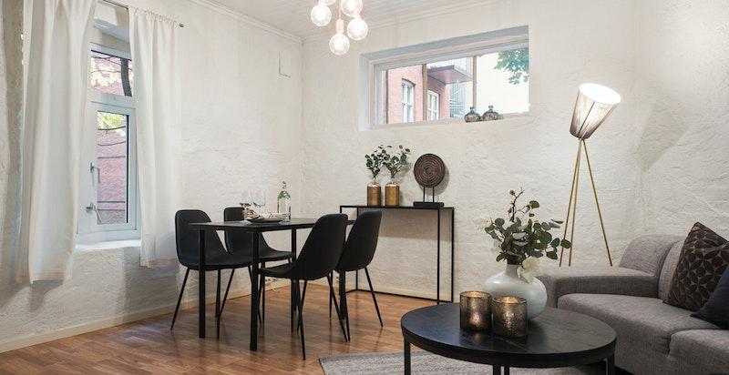 God plass til spisebord og sofagruppe i stue/kjøkken
