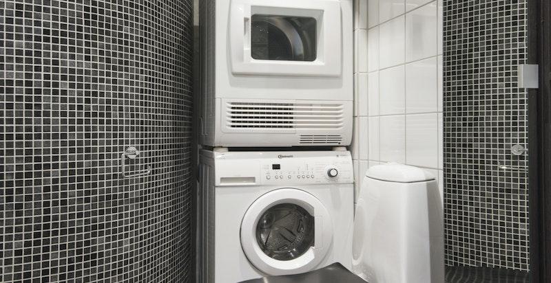 Varmekabler i gulv, spotter i himling, opplegg vask/tørk