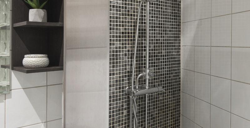 Lekker dusjsone med mosaikkfliser og fossefallsdusj