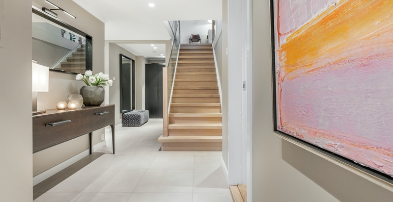 Flislagt entré, hall og trappehall med varmekabler i gulv