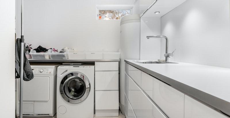 Vaskerom pusset opp i 2012. Varmekabler i gulv. Vaskerommet inneholder innredning med skuffer/skap og arbeidsbenk, varmtvannsbereder (Ozo bereder fra 2012 på 287 liter), elektrisk avtrekksvifte. Utslagsvask med blandebatteri i benk