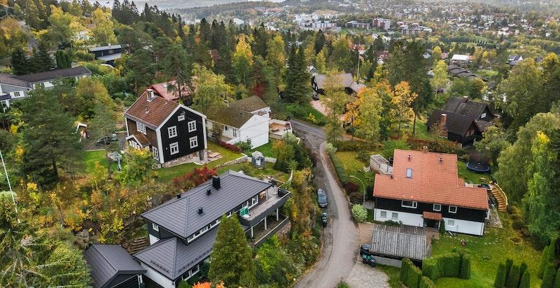 Åpen og fin utsikt mot deler av indre Oslofjord, Asker/Bærum, samt området rundt med bebyggelse og uteområder. Kort vei til Grindbakken skole, barnehager og offentlig kommunikasjon