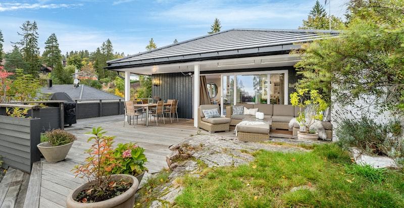 Romslig terrasseplatting direkte tilknyttet hagen
