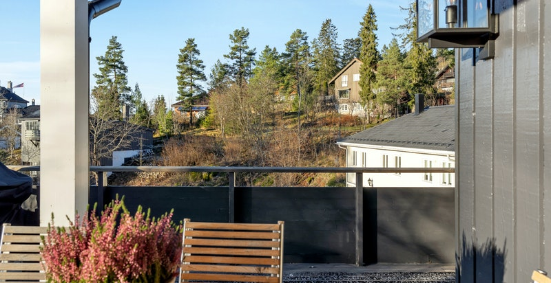 Lun og solrik sitteplass rett utenfor stuen
